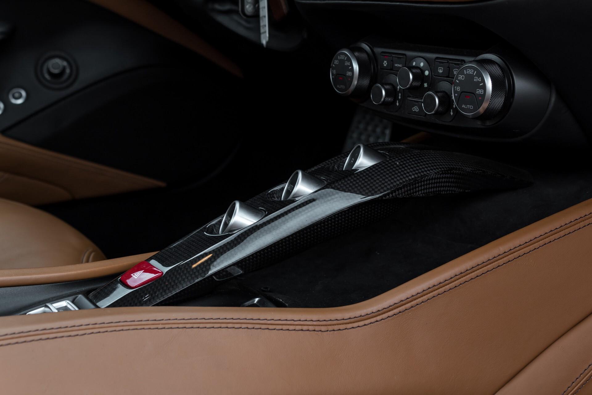 Ferrari California 3.9 T Full Carbon Nieuwprijs: €284081 Foto 43