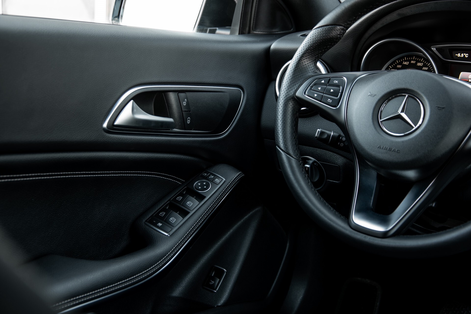 Mercedes-Benz CLA-Klasse 180 Urban Mediadisplay/Stoelverwarming/LED Aut7 Foto 38